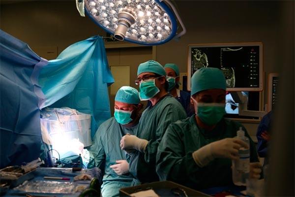 vall dhebron primer centro espanol con ecografo digital y navegador integrados en su bloque quirurgico