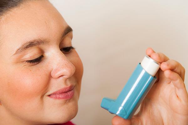 aumentar transitoriamente la dosis de glucocorticoides inhalados ayuda a controlar las exacerbaciones del asma