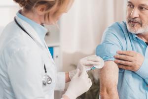 vacunarse-contra-la-gripe-y-la-neumonia-neumococica-en-adultos-en-pl