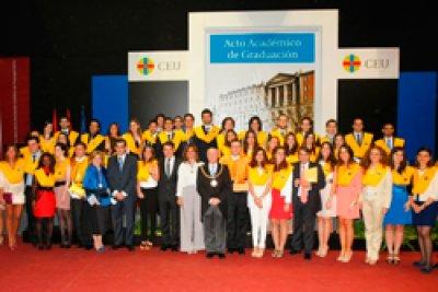 el presidente de la comunidad de madrid en la graduacin de medicina