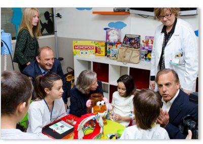 aladina y playskool crean una sala de juegos en la unidad de oncologa del gregorio maran