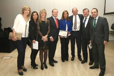 la ministra de sanidad entrega a ginefiv el premio edimsa a la mejor institucion sanitaria de 2013